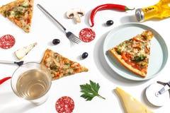 Plasterki pizza, składniki i cutlery na białym tle, Odgórny widok obrazy royalty free