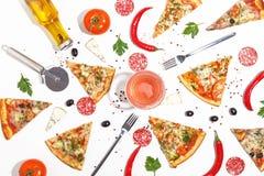Plasterki pizza, składniki i cutlery na białym tle, Odgórny widok zdjęcia stock