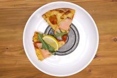 plasterki pizzy i ciężaru talerz fotografia royalty free
