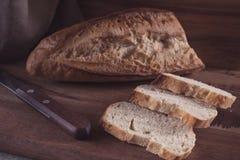 Plasterki pokrojony chleb na drewnianej desce zdjęcia royalty free