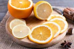 Plasterki pomarańcze i cytryna na tnącej desce obraz royalty free
