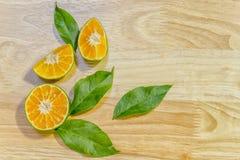 Plasterki pomarańczowe świeże cytrus owoc na drewnianym tle Obraz Stock