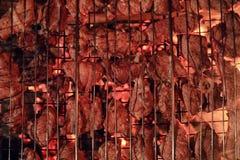 Plasterki siekający mięso w kratownicie dla kulinarnego grilla na charco Fotografia Stock