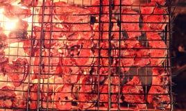 Plasterki siekający mięso w kratownicie dla kulinarnego grilla na charco Obrazy Royalty Free