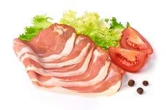 Plasterki suszyli wieprzowiny mięso z zieloną sałatą, pomidorami i pikantność odizolowywającymi na białym tle, zdjęcie royalty free