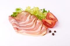 Plasterki suszyli wieprzowiny mi?so z zielon? sa?at?, pomidorami i pikantno?? odizolowywaj?cymi na bia?ym tle, obraz royalty free