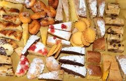 plasterki tort i ciasta na sprzedaży w rzemieślnik piekarni Zdjęcia Stock