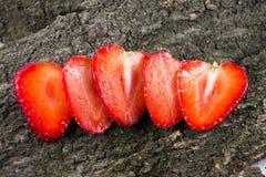 Plasterki truskawka na drewnianym tle Życzliwy jedzenie Zdjęcia Royalty Free