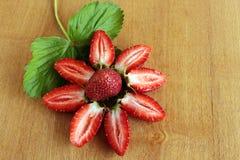Plasterki truskawki kłaść out w formie kwiatu zdjęcia stock