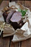 Plasterki wołowina z zieleniami fotografia stock