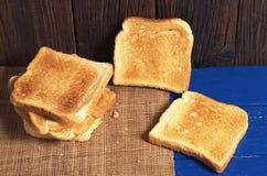 Plasterki wznoszący toast chleb obraz stock