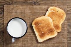 Plasterki wznoszący toast kubek mleko i chleb obrazy royalty free