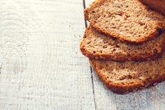 Plasterki zbożowy chleb na deskach Zdjęcia Stock