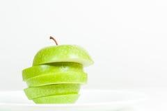 Plasterki zielony jabłko w talerzu Zdjęcie Stock