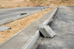 Plasterung deckt Bürgersteig mit Ziegeln. DatenbahnStraßenbau Lizenzfreie Stockfotos