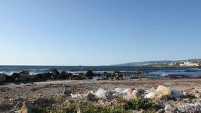 Plastic afval en huisvuil met stapel van afval op het zandige strand Schip in het overzees op de achtergrond stock video