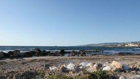 Plastic afval en huisvuil met stapel van afval op het zandige strand Schip in het overzees op de achtergrond Langzame Motie stock footage