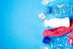 Plastic afval op blauwe achtergrond, stock afbeelding