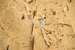 Plastic afval op een strand, blauw deksel royalty-vrije stock foto's