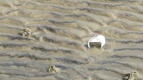 Plastic afval op het strand Stock Afbeelding