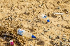 Plastic afval op strand royalty-vrije stock foto