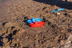 Plastic babyboten op het zand stock foto