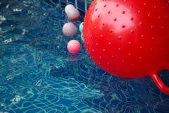 Plastic bal die in de waterscène drijven Stock Afbeelding
