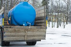 Plastic blauw vat met water in de rug van de auto Concept: waterlevering aan gebieden royalty-vrije stock foto