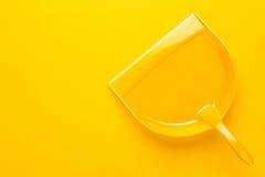 Plastic blik op gele achtergrond Royalty-vrije Stock Foto's