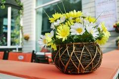 Plastic bloem op lijst in koffiewinkel Stock Fotografie