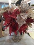 Plastic bloemen die als voorbeeld van een werkruimteconcept kunnen worden gebruikt royalty-vrije stock afbeelding