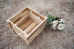 Plastic bloemen met de houten doos Stock Foto's
