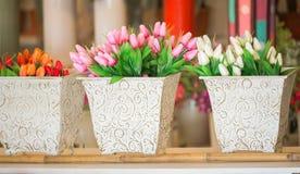Plastic bloemen voor verkoop Royalty-vrije Stock Afbeeldingen