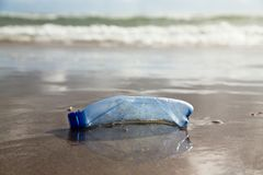 Plastic_bottle_beach Stock Fotografie