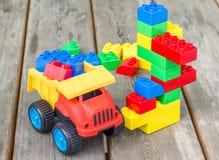 Plastic bouwstenen en stuk speelgoed vrachtwagen stock afbeeldingen
