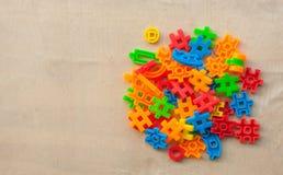 Plastic bouwstenen op houten muur Stock Foto