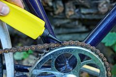 Plastic buisoliën een roestige ketting op een fiets stock afbeeldingen