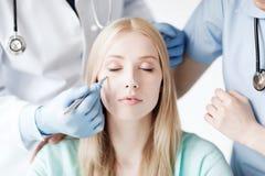 Plastic chirurg en verpleegster met patiënt royalty-vrije stock foto's