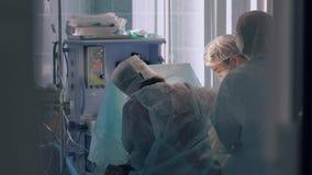 Plastic chirurgen bezig met de voltooiing van de verrichting stock footage