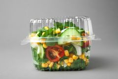 Plastic container met salade stock foto