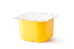 Plastic container voor zuivelproducten met foliedeksel stock afbeelding