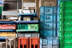 Plastic containerstapel Stock Foto's