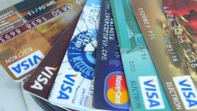 Plastic Creditcardsvisum, Mastercard, Maëstro's stock videobeelden