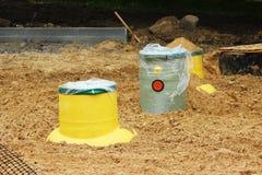 Plastic de olievanger van het tankgas in de grond tijdens de bouw van een parkeerterrein voor toeristenbussen, Rusland stock foto's