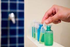 Plastic de Zeep en de Shampooflessen van de handholding Royalty-vrije Stock Foto's