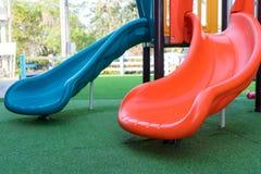 plastic dia op werf in park voor kid& x27; s speelplaats stock fotografie