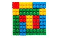 Plastic die bouwstenen of legokubussen op wit worden geïsoleerd Stock Foto's