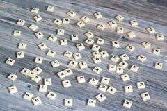 Plastic die brieventegels op houten vloer worden verspreid stock fotografie