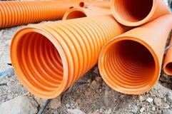 Plastic die drainagepijp in de grond wordt begraven stock afbeelding