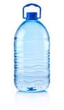 Plastic die fles drinkwater op witte achtergrond wordt geïsoleerd Royalty-vrije Stock Afbeeldingen